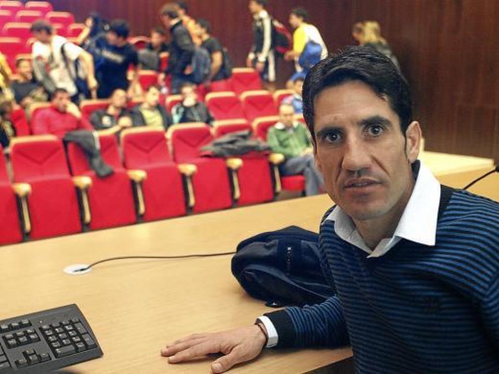 Eliseo Martín, en un momento de la conferencia que ayer ofreció en Huesca.