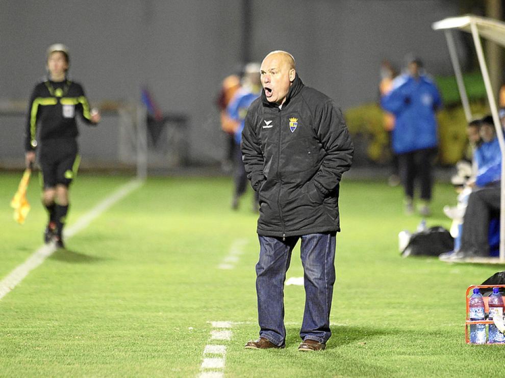 Calderé, entrenador del Teruel, da instrucciones a sus jugadores