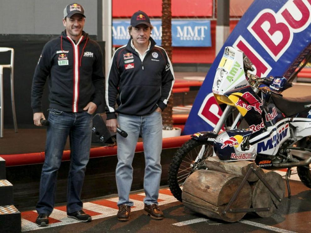 Marc Coma y Carlos Sainz (d) posan durante la presentación del Rally Dakar 2011