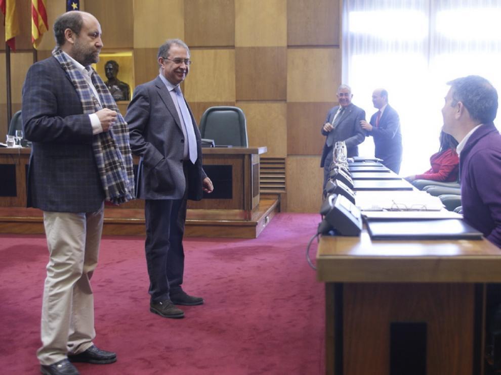 José Manuel Alonso, portavoz de IU, de pie a la izquierda de la imagen, durante la comisión