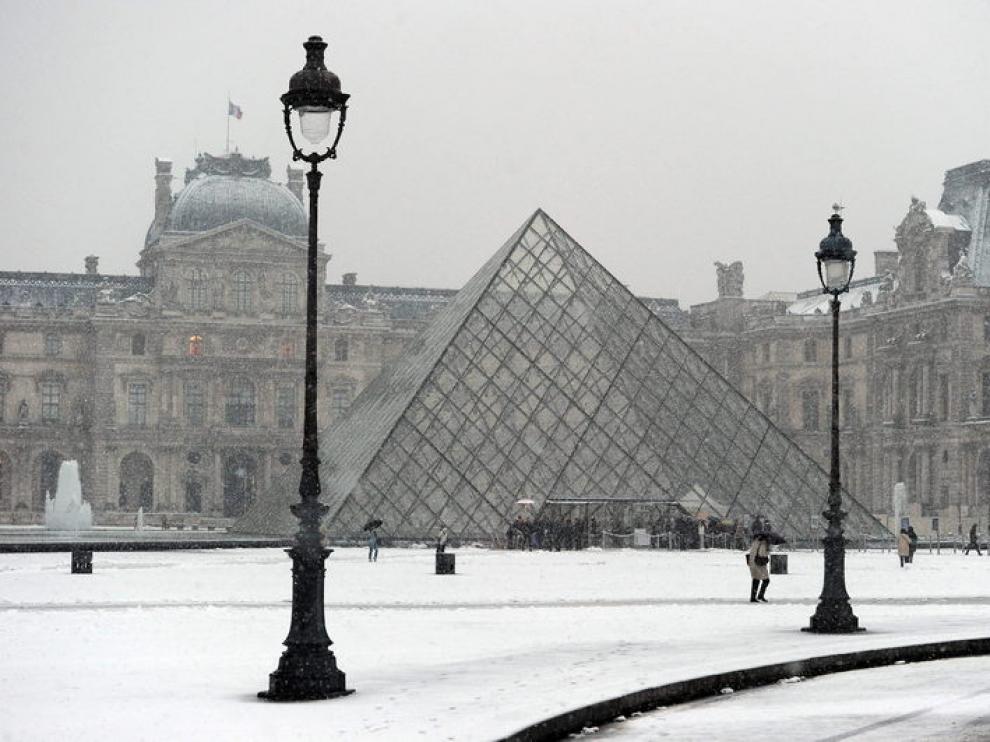 El Musel de Louvre de París, cubierto por la nevada que azota París