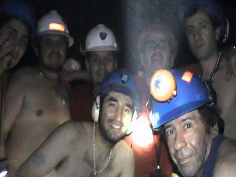 La historia de 33 mineros chilenos atrapados a 700 metros de profundidad conmocionó al mundo. Su rescate fue seguido en directo por millones de personas