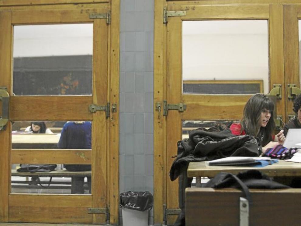 Dos jóvenes repasaban ayer sus apuntes en un pasillo de la Facultad de Filosofía y Letras, otros lo hacían dentro de la sala de estudio.