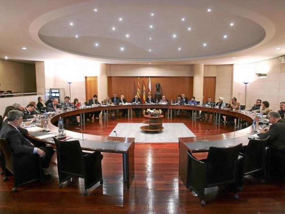 El pleno de la Diputación Provincial de Huesca ayer, durante el debate de los presupuestos.