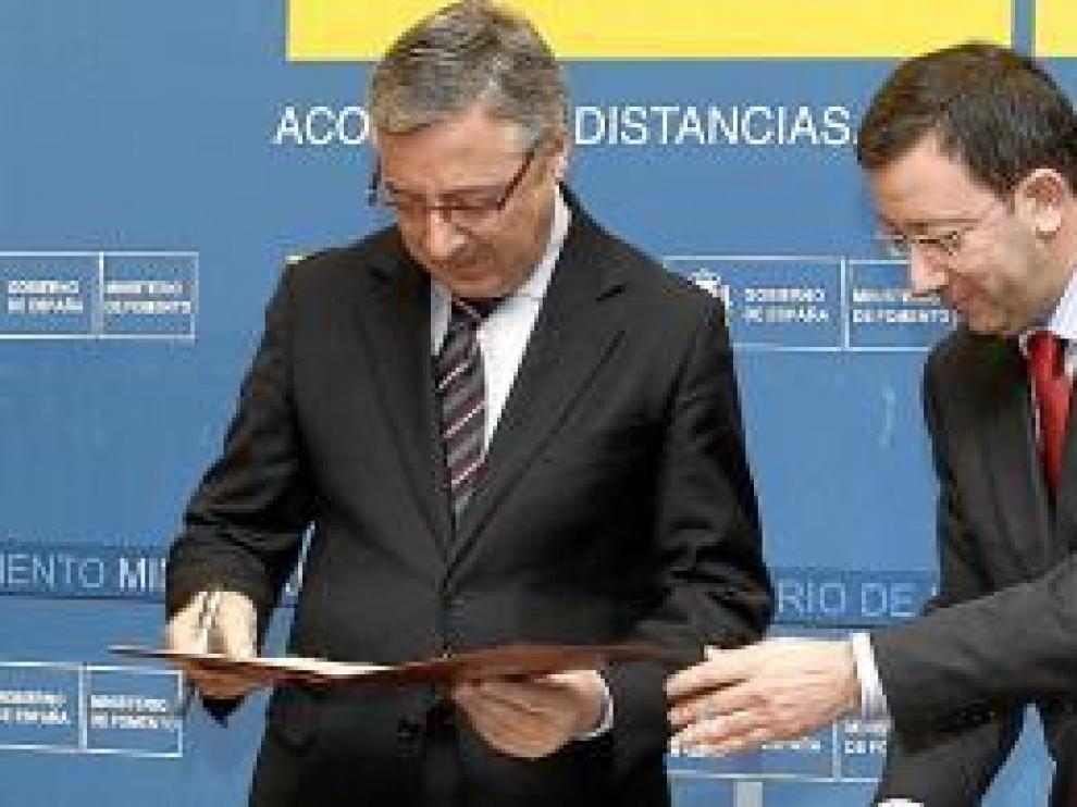 El ministro Blanco y Enrique Villaroya, en la firma del convenio.