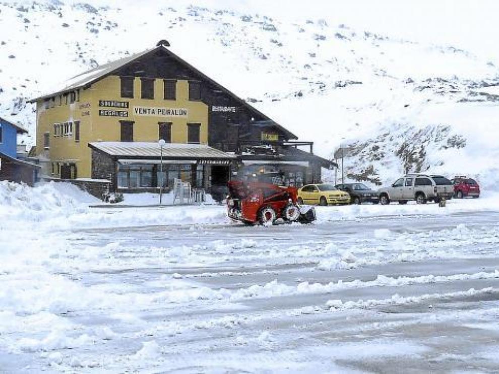 La nieve caída en el Portalet dificultó el tráfico toda la jornada y obligó a usar cadenas.