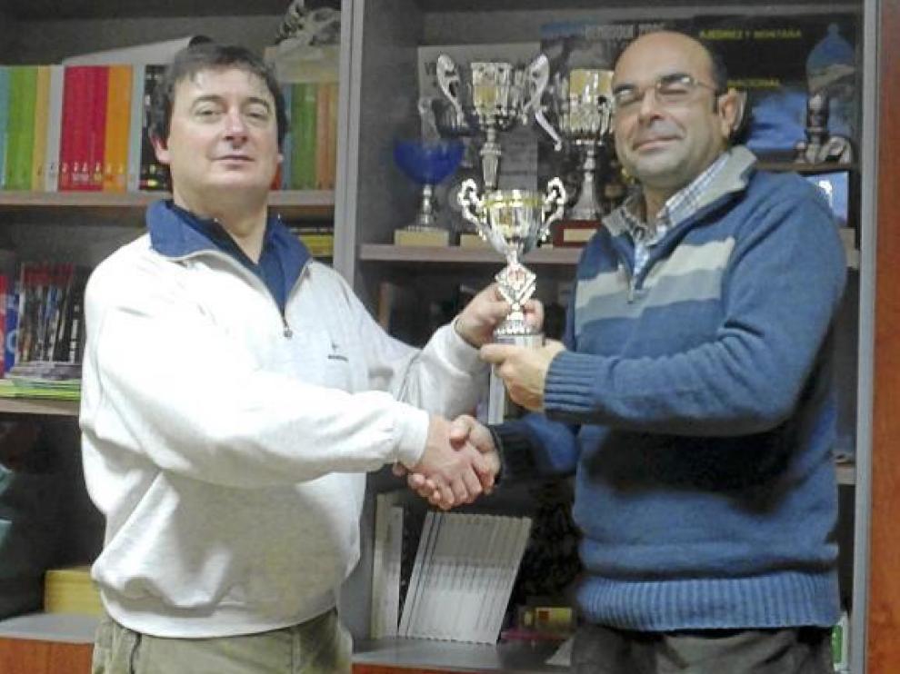José Luis Pellicer, de la Aurora Estadilla, recibe un trofeo.