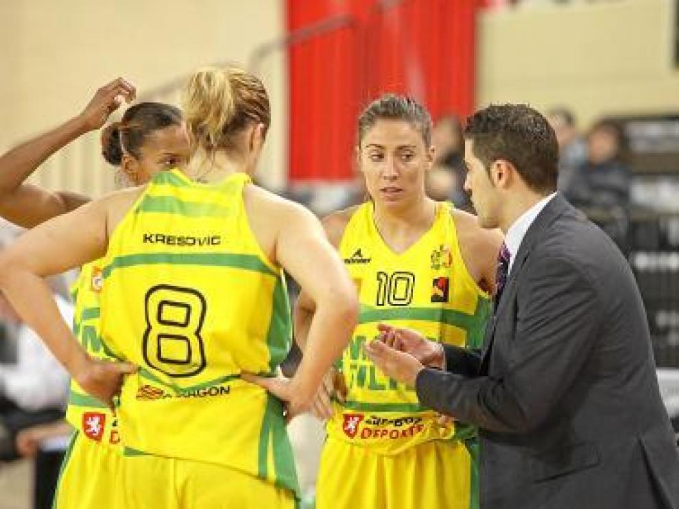 Víctor Lapeña habla con sus jugadoras durante un partido.