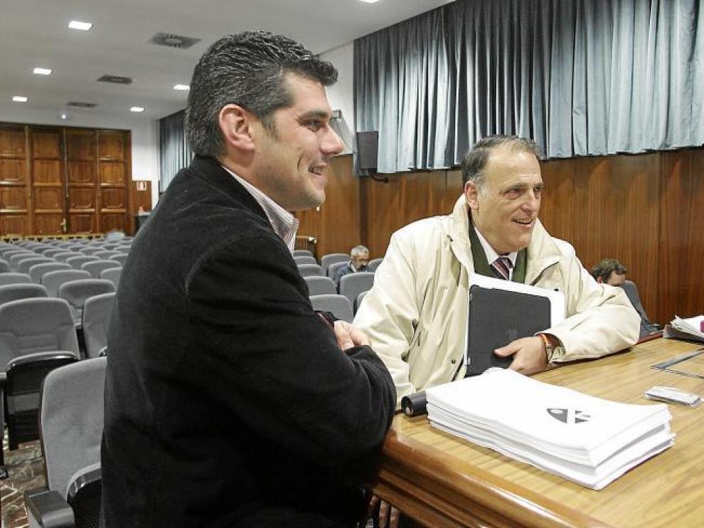 Javier Tebas, a la derecha de la imagen, saluda al presidente del Huesca, Fernando Losfablos, en la junta de accionistas del pasado lunes.