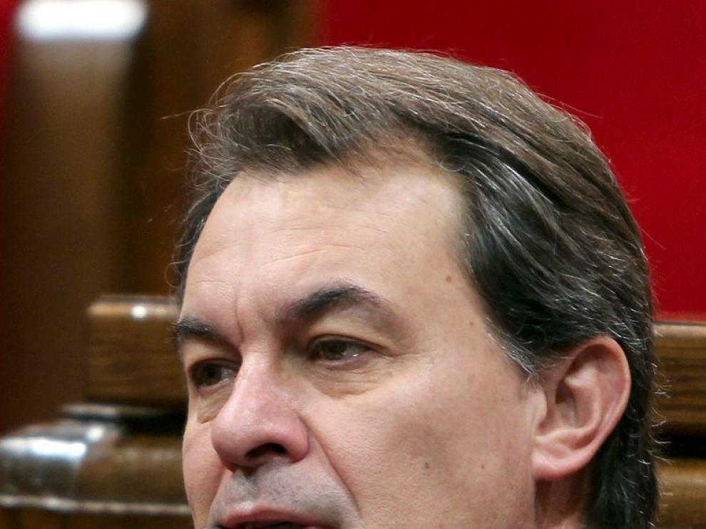 Artur Mas escucha a uno de los portavoces de los demás grupos parlamentarios
