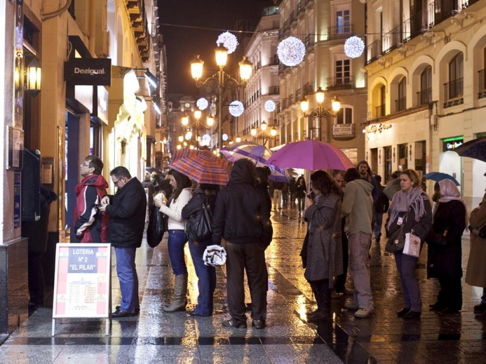 Colas antes una administración de lotería, en Zaragoza