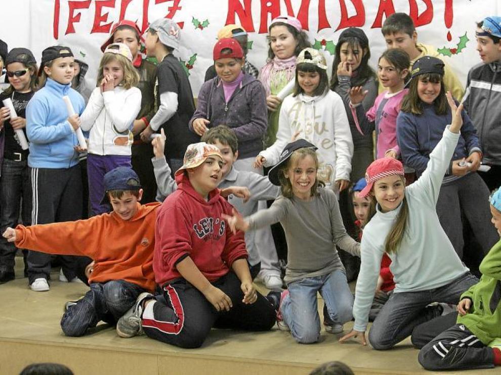 Los alumnos del colegio Pirineos-Pyrénees se atrevieron con danzas modernas como el hip-hop en su fiesta navideña.