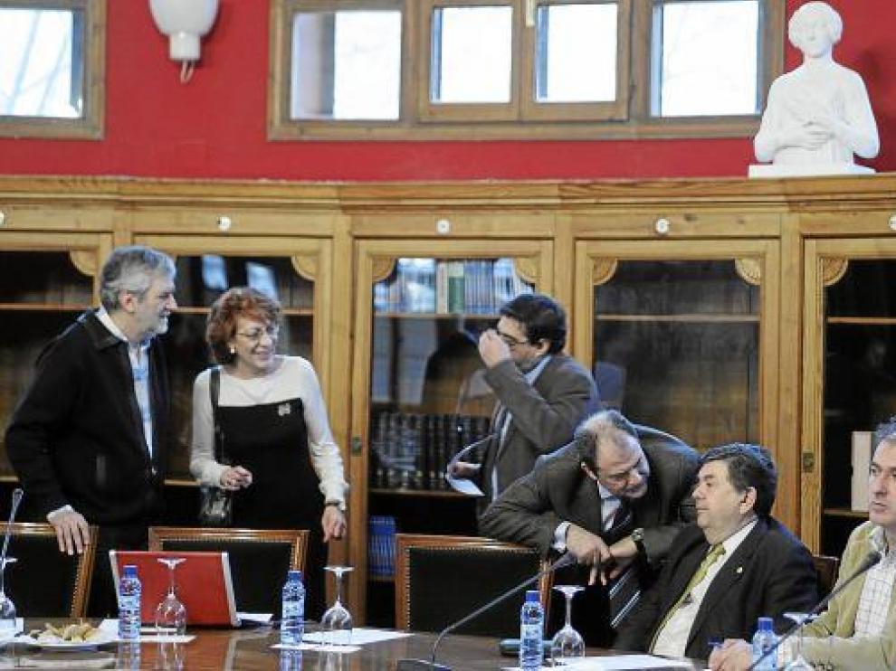 El equipo del rector y el decano de Derecho (agachado), ayer en el consejo de gobierno.