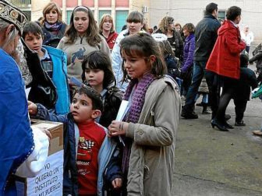 Los niños entregaron ayer su carta al cartero real.