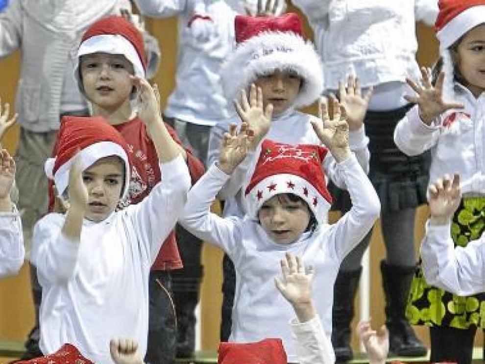 Los niños del Agustina de Aragón, ayer, en la fiesta de Navidad.