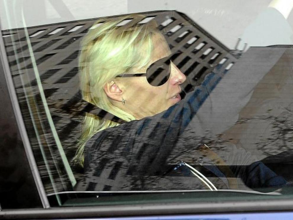 La atleta Marta Domínguez se marcha en coche, tras declarar ayer en el juzgado de instrucción número 24 de Madrid.