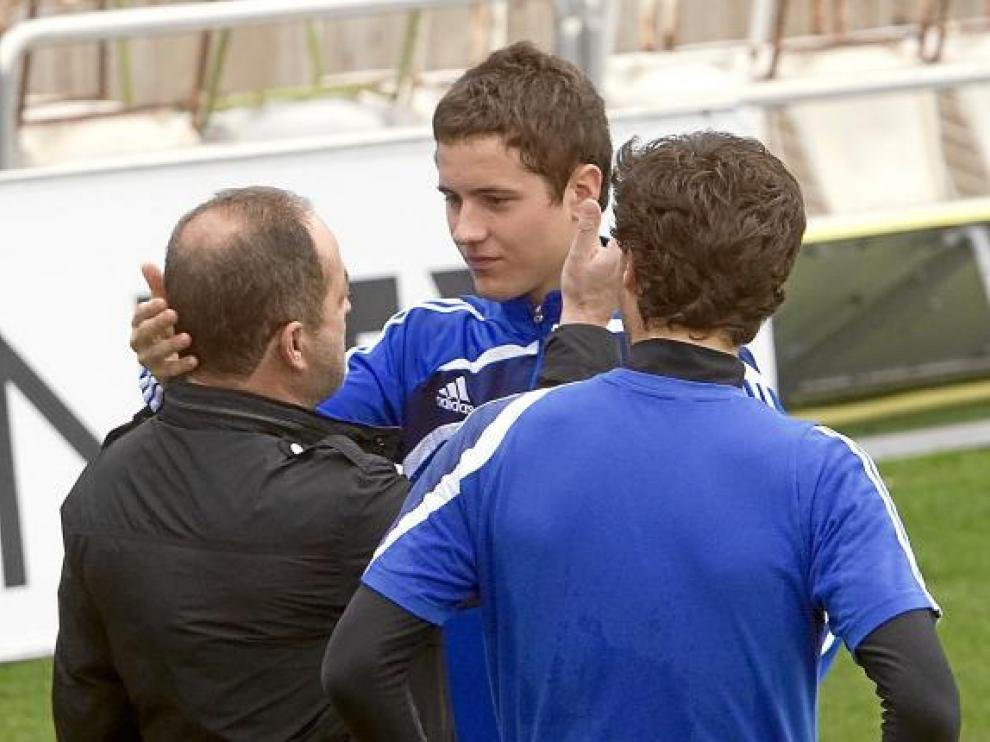 Ander Herrera y Agapito Iglesias se saludan en un entrenamiento en presencia de Jorge López.