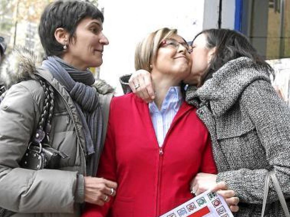 María José Pueyo, en el centro, es felicitada por dos conocidas.