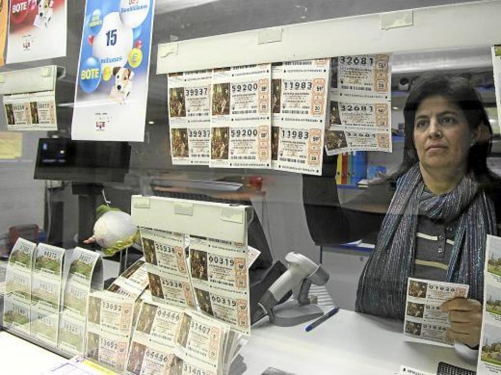 Una lotera prepara números para el sorteo del Niño confiando en que traigan más suerte que en Navidad.