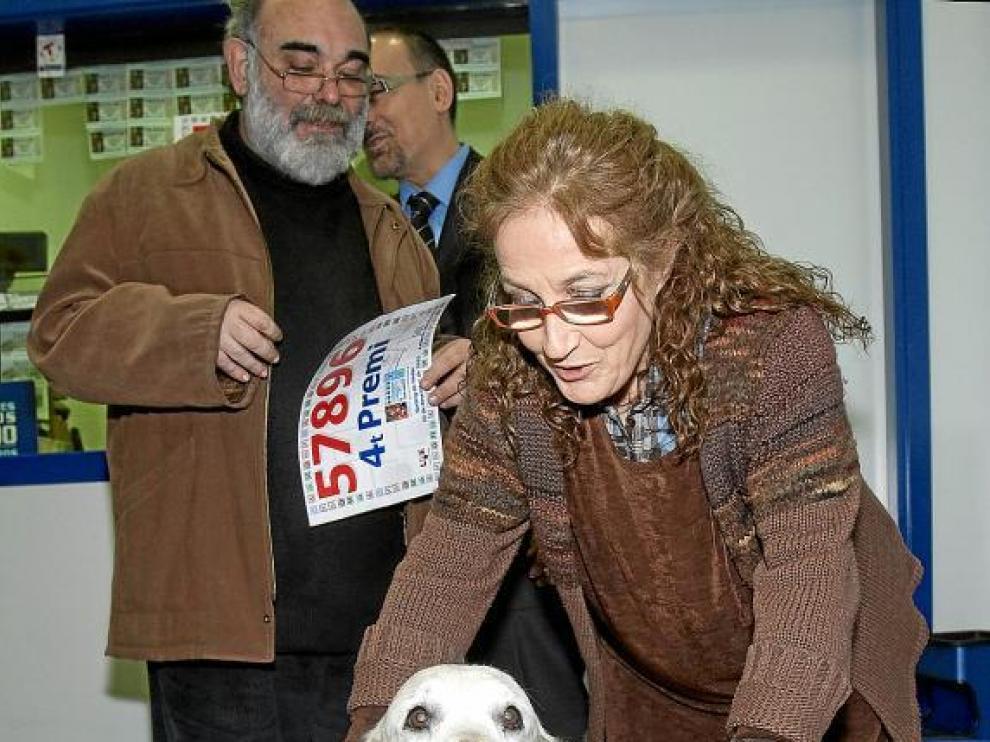La dueña de la Administración 271 de Barcelona, Ángels, muestra el cuarto premio con su perro.
