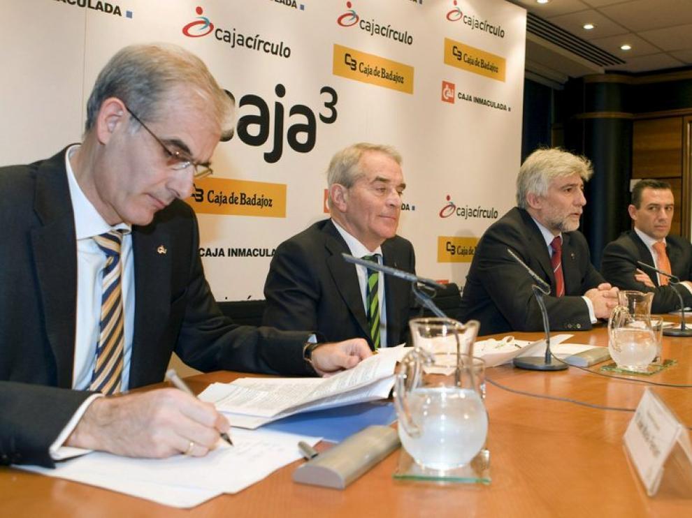 El presidente de la CAI, José María Pemán Gavín, firma la escritura en la presentación pública de Caja tres