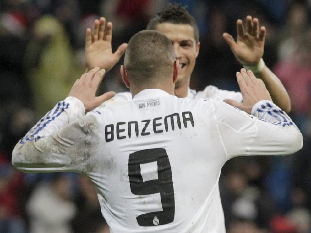 Benzema y Ronaldo se felicitan tras el séptimo gol.