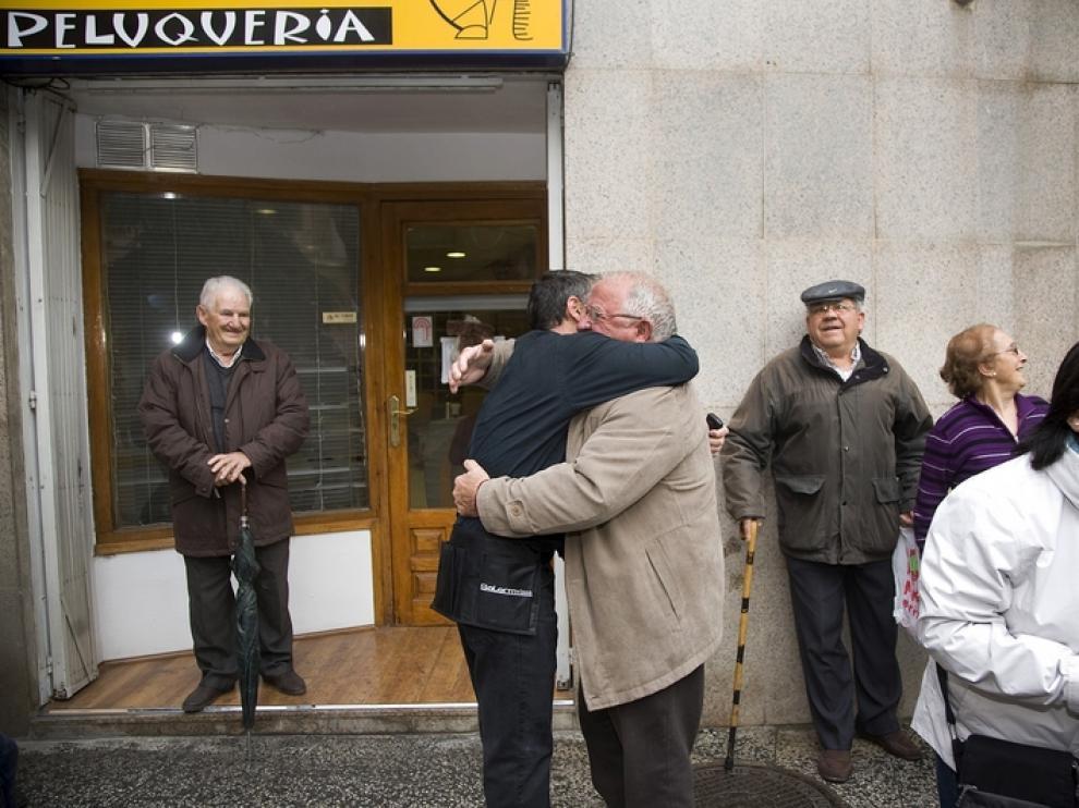 El peluquero de Calatayud, José Luis, celebra el segundo premio de la lotería.