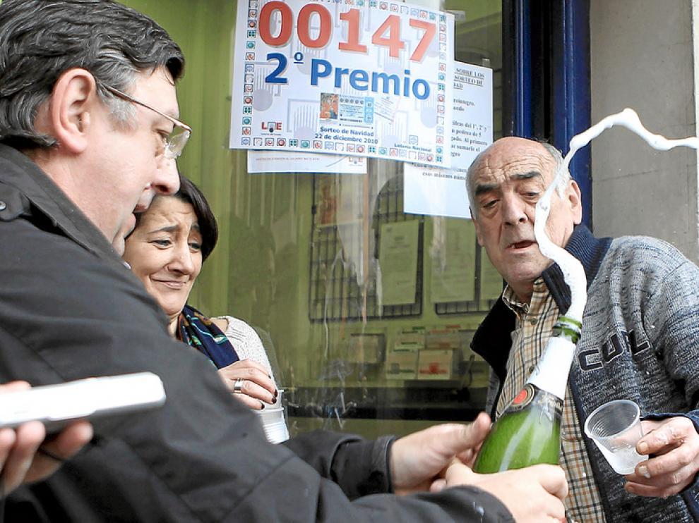La lotera Ana Angulo celebra junto a clientes y amigos.