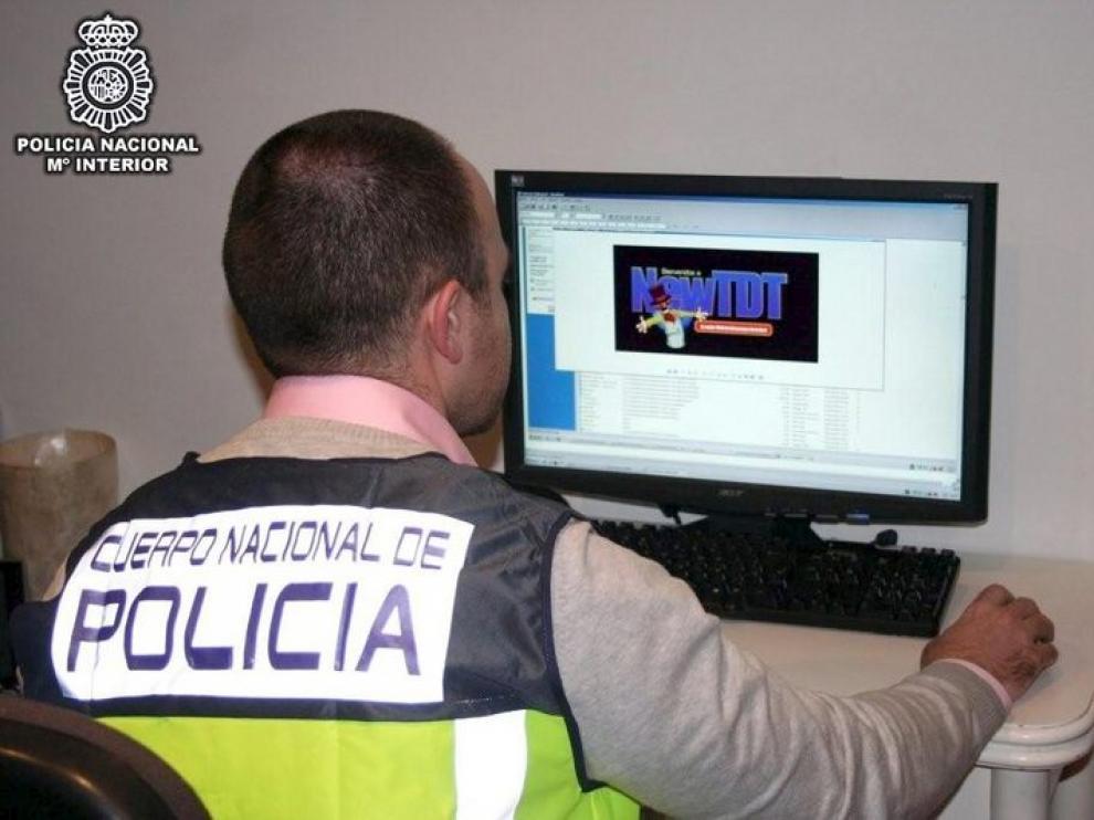 Un Policía visita una de las dos webs cerradas.