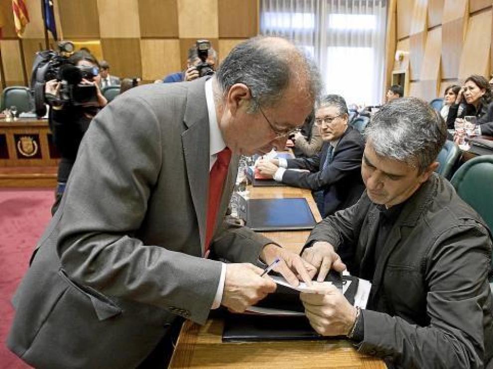 Juan Martín habla con Fernando Gimeno en el Ayuntamiento