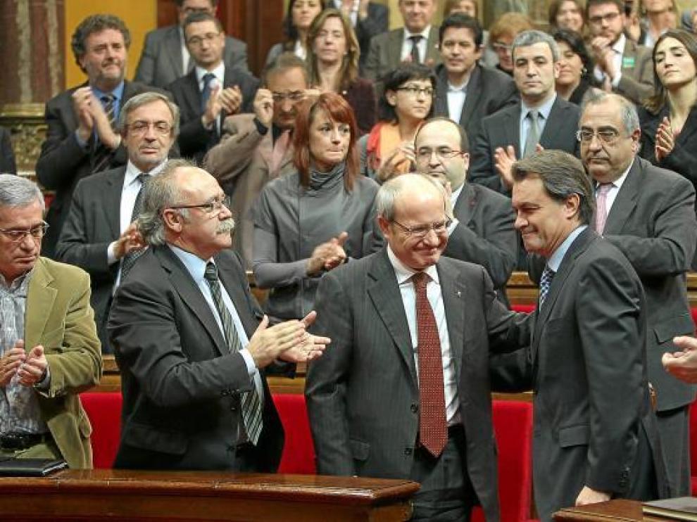 El nuevo presidente catalán, Artur Mas, felicitado por su antecesor, José Montilla.
