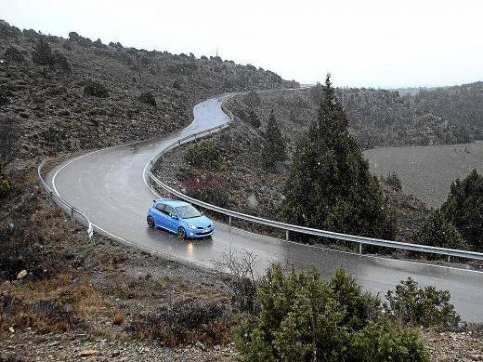 La nieve empezó a caer ayer tarde en la carretera de acceso a las pistas de Javalambre.