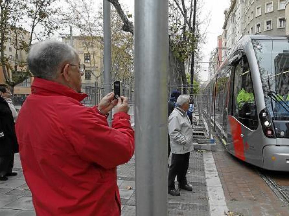 El tranvía fue la estrella de la mañana y objetivo de varias fotos.