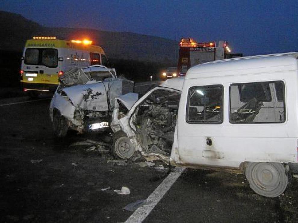 Estado en el que quedaron los dos vehículos implicados en el choque frontal.