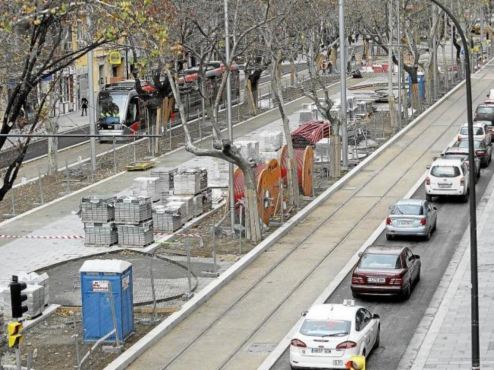 A mediodía, una fila de vehículos se cruzaba en Fernando el Católico con el tranvía en pruebas.