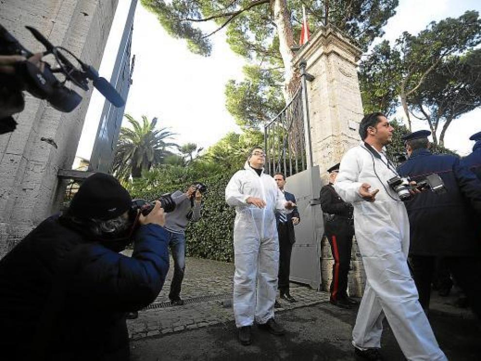 Dos policías trabajan en la embajada de Suiza en la capital italiana, ayer.