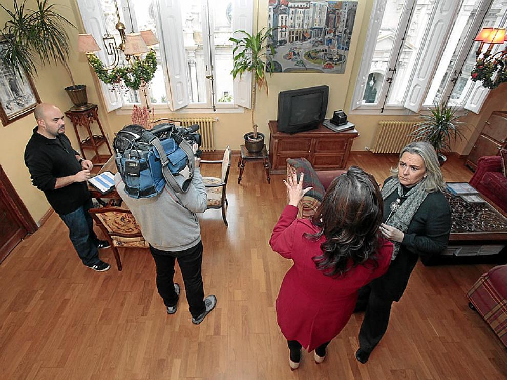 Blanca Marín (derecha) charla con Ana Rodríguez en su casa.