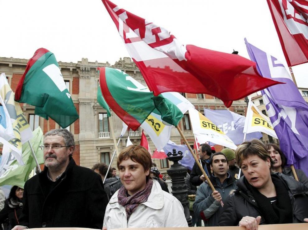 Manifestación en contra de los presupuestos del Gobierno de Navarra organizada por ELA y LAB.