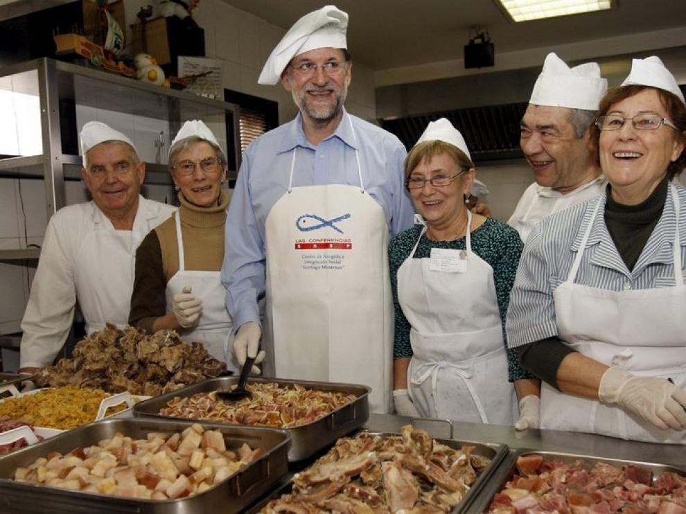Mariano Rajoy junto a algunos voluntarios del centro.