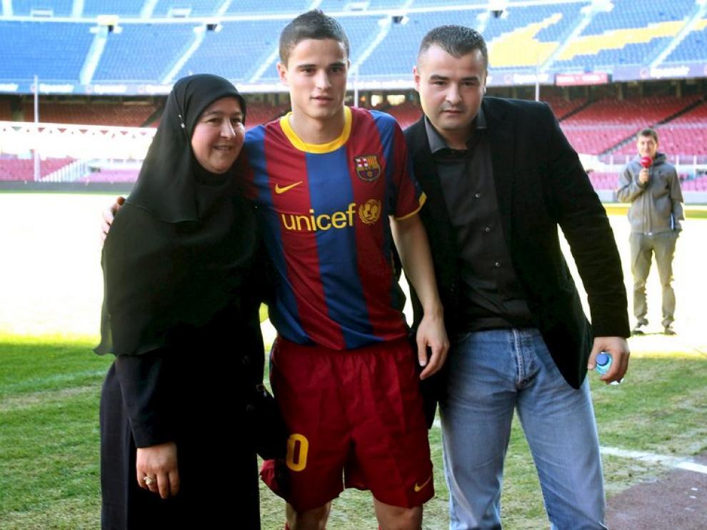 Afellay, con su madre Habiba y su hermano Ali, en su presentación con el Barça