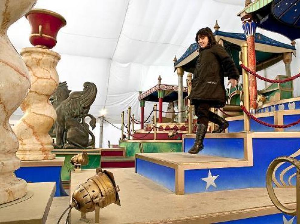 Las carrozas de los Reyes Magos siguen atrayendo a los más pequeños de la casa.