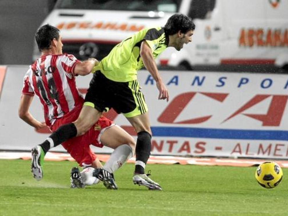 Rigo comete penalti sobre Ángel Lafita, el pasado 5 de diciembre, en el partido Almería-Real Zaragoza.