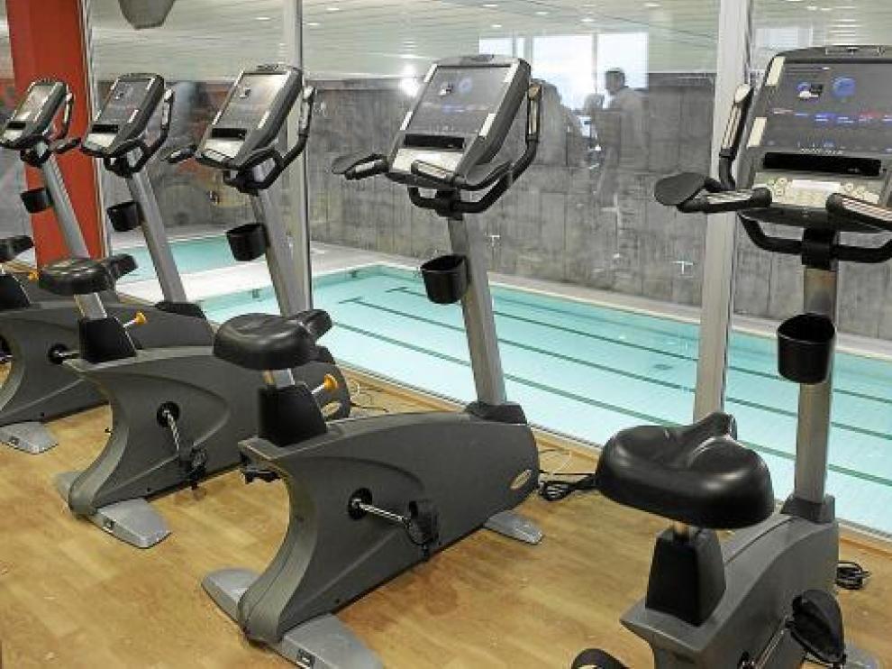 La sala de bicicletas tiene una cristalera con vistas a la piscina climatizada.
