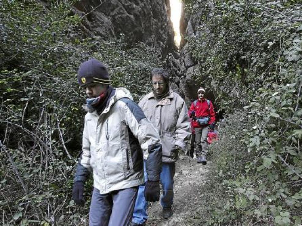 Un grupo de oscenses regresa a su casa tras finalizar la misa montañera.