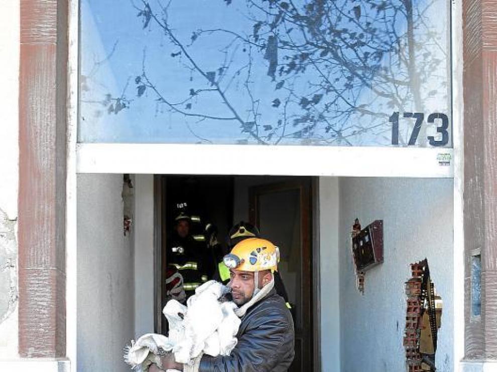 Gabriel Devris sale del edificio incendiado con varias pertenencias ayer por la mañana.