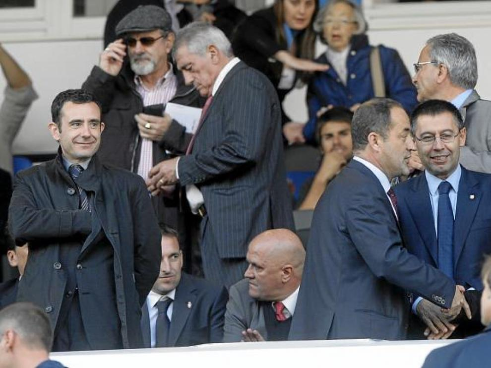 Agapito charla en el palco el día del Barça. Tras él, sentado, un serio Pedro Herrea junto a Cuartero, y el sonriente Javier Porquera.