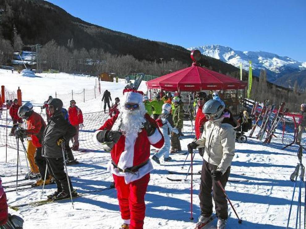 Hasta Papá Noel se animó ayer a celebrar la Navidad con los esquiadores en la estación de Cerler.