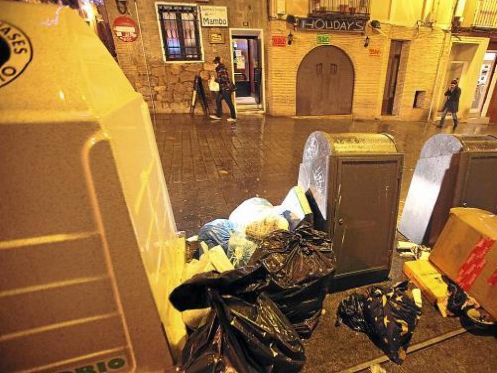 Basura amontonada junto a los contenedores soterrados de una zona de bares de la ciudad.