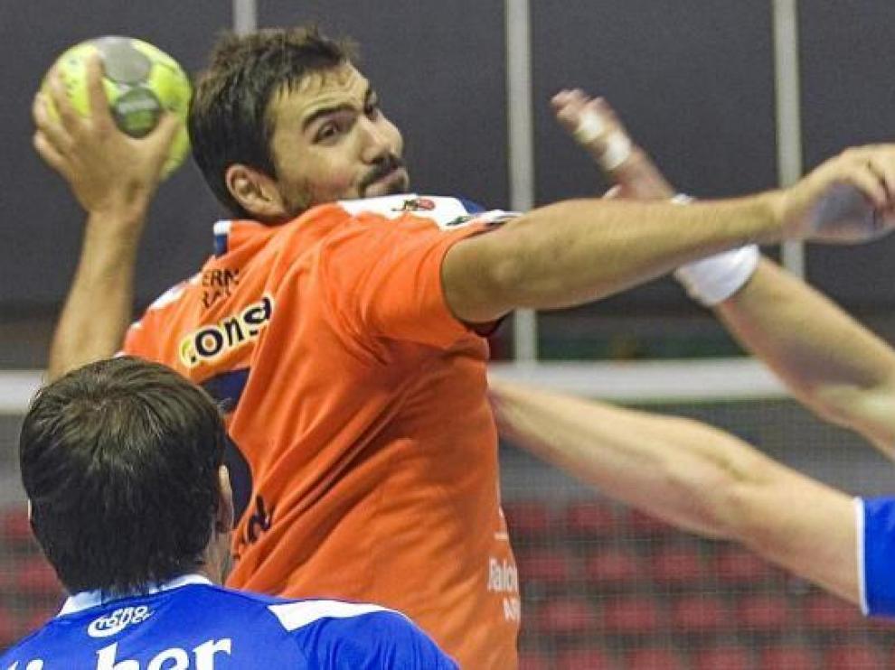 Maqueda arma el brazo para efectuar un lanzamiento en un partido del CAI Aragón.