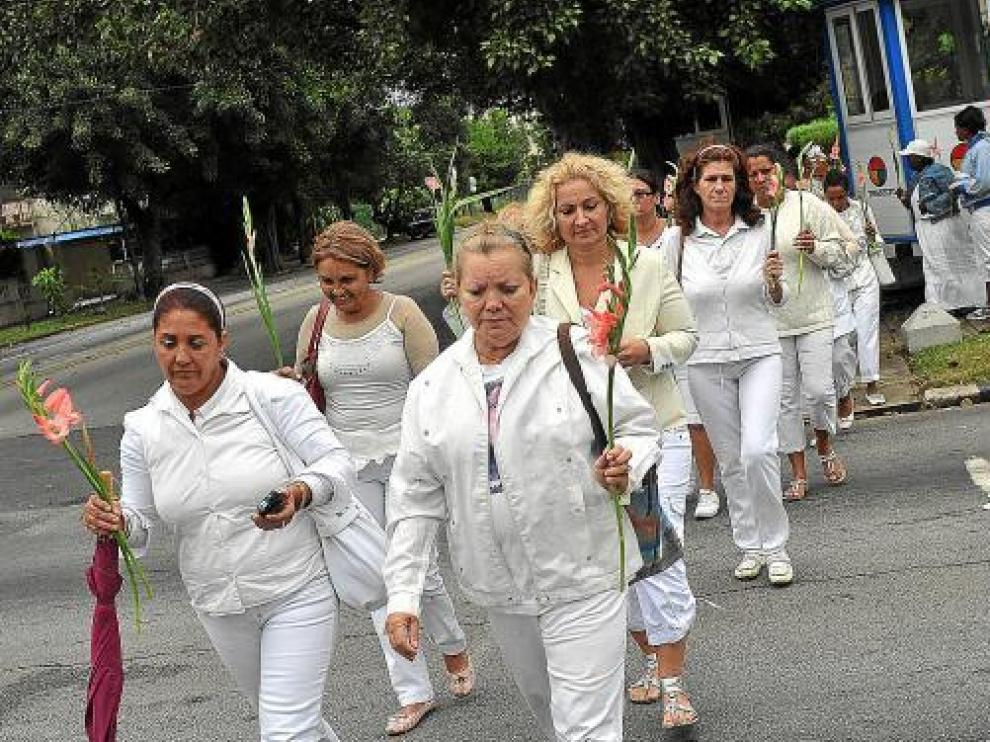 Esposas y familiares de disidentes encarcelados realizan su tradicional marcha por La Habana, ayer.